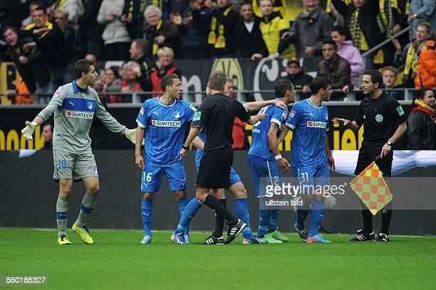 Fussball Saison 20122013 1 Bundesliga 34 Spieltag Borussia Dortmund 1899 Hoffenheim Hoffenheims Spieler reklamieren beim Assistenten Schiedsrichter...