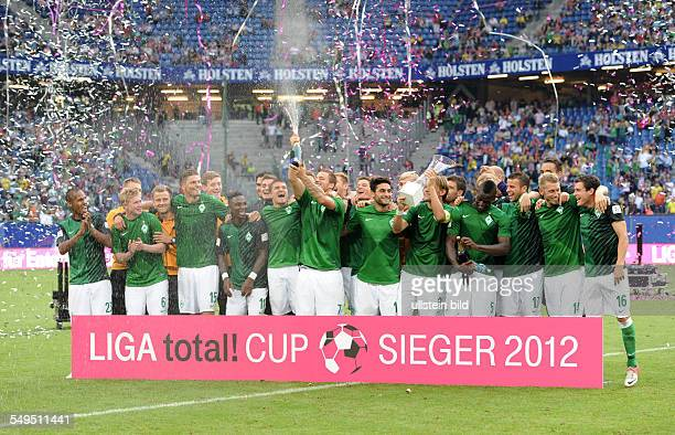 Fussball Saison 20122013 Liga total Cup 2012 Finale Borussia Dortmund SV Werder Bremen Die Mannschaft von Werder Bremen feiert den Finalsieg