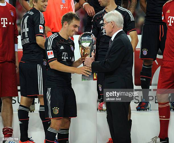 Fussball Saison 20122013 Supercup Finale 2012 FC Bayern München Borussia Dortmund 21 DFL Dr Reinhard Rauball übergibt Philipp Lahm den Supercup