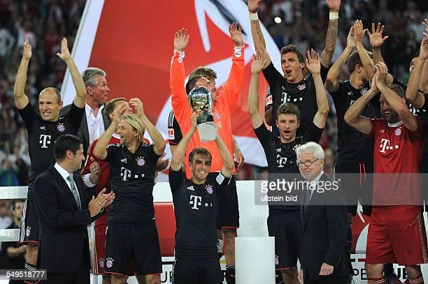 Fussball Saison 20122013 Supercup Finale 2012 FC Bayern München Borussia Dortmund 21 Philipp Lahm mit dem Supercup links Arjen Robben vorne rechts...