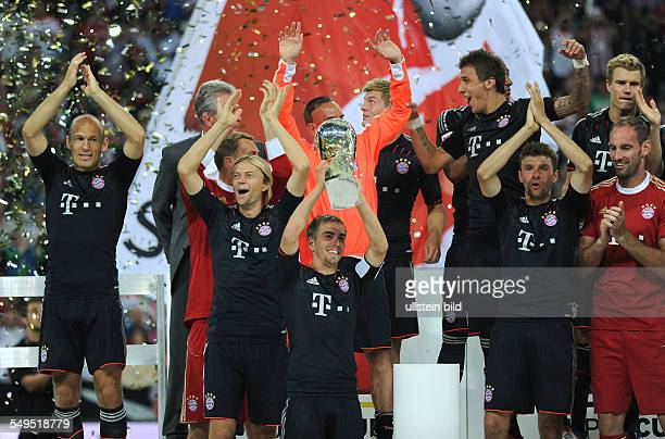 Fussball Saison 20122013 Supercup Finale 2012 FC Bayern München Borussia Dortmund 21 Philipp Lahm mit dem Supercup links Arjen Robben