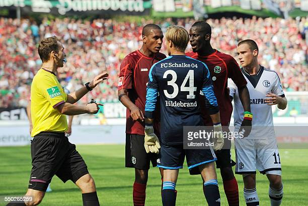 Fussball Saison 20132014 1 Bundesliga 3 Spieltag Hannover 96 FC Schalke 04 vli Schiedsrichter Bastian Dankert Marcelo Torhueter Timo Hildebrand Salif...