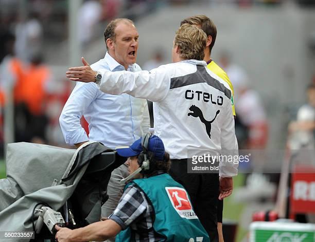 Fussball Saison 20132014 2 Bundesliga 2 Spieltag 1 FC Köln Fortuna Düsseldorf Trainer Michael Büskens Mike Büskens re diskutiert mit Geschäftsführer...