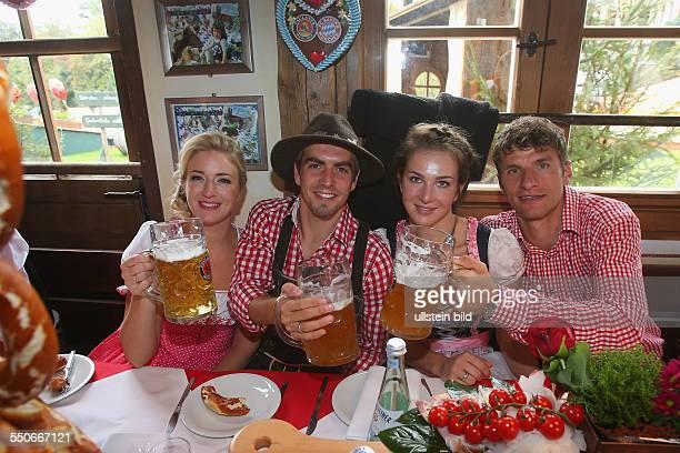 Fussball Saison 20132014 der FC Bayern Muenchen auf dem Oktoberfest 2013 Philipp Lahm mit Ehefrau Claudia Lahm Thomas Mueller mit Ehefrau Lisa Mueller