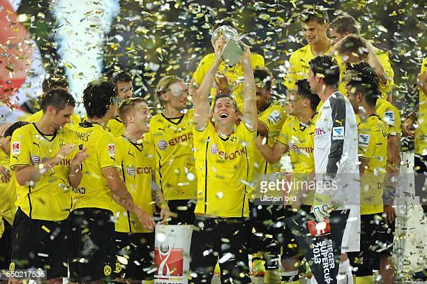 Fussball Saison 20132014 Supercup 2013 Finale Borussia Dortmund FC Bayern München Robert Lewandowski mi stemmt den Supercup