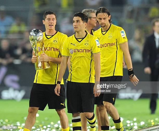 Fussball Saison 20132014 Supercup 2013 Finale Borussia Dortmund FC Bayern München vli Robert Lewandowski Nuri Sahin und Neven Subotic