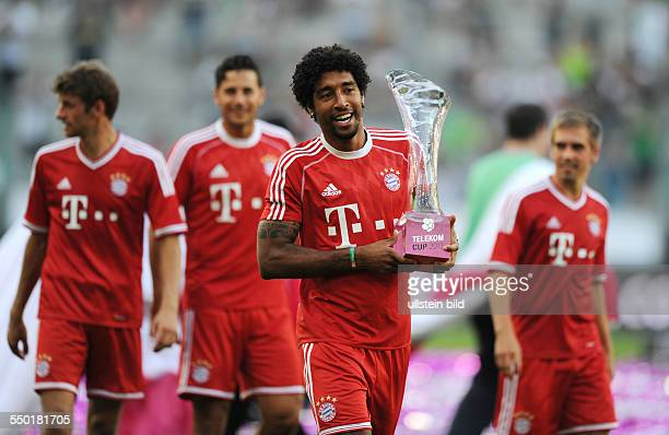 Fussball Saison 20132014 Telekom Cup Finale Borussia Mönchengladbach FC Bayern München 15 Dante mit dem Pokal