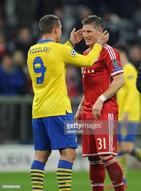 Fussball Saison 20132014 UEFA Champions League Achtelfinale FC Bayern Muenchen Arsenal London Lukas Podolski li und Bastian Schweinsteiger nach dem...