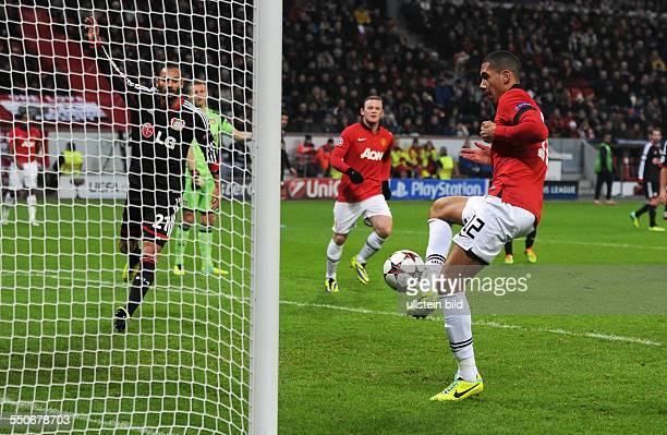 Fussball Saison 20132014 UEFA Champions League Vorrunde Bayer 04 Leverkusen Manchester United Chris Smalling re erzielt nach Vorarbeit von Wayne...
