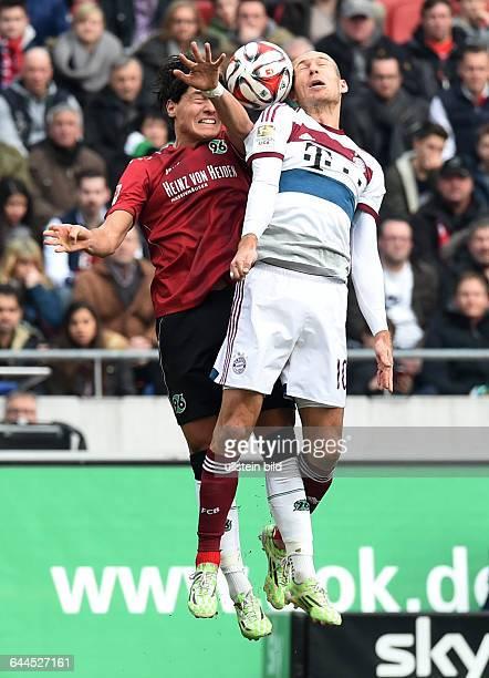 Fussball, Saison 2014/15, 1. Bundesliga, 24. Spieltag,Hannover 96 - FC Bayern München 1:3Arjen Robben , re., gegen Miiko Albornoz