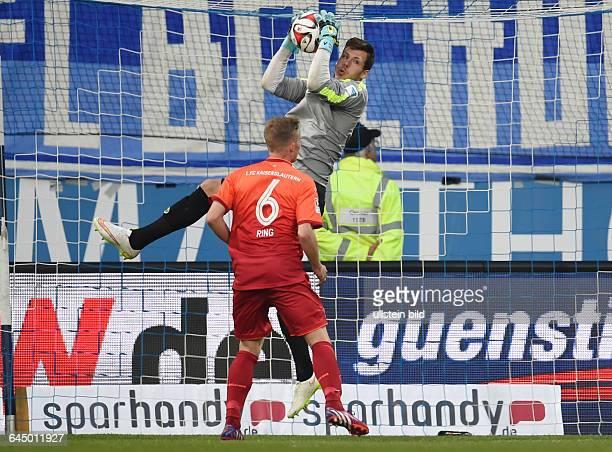Fussball Saison 2014/15 2 Bundesliga 30 SpieltagVfL Bochum 1 FC Kaiserslautern 02Torwart Marius Müller in Aktion vorne Alexander Ring