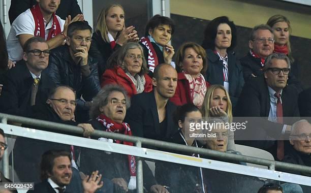 Fussball Saison 2014/15 Champions League 2014/15 ViertelfinaleFC Bayern München FC Porto 61Arjen Robben mi mit Ehefrau dahinter Susi Hoeness