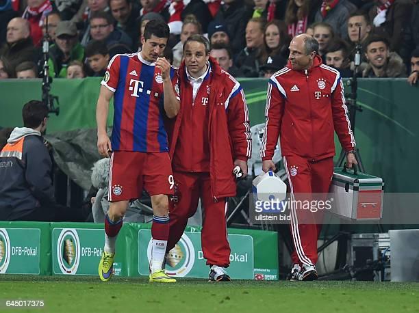 Fussball Saison 2014/15 DFB Pokal HalbfinaleFC Bayern München Borussia Dortmund 13 nERobert Lewandowski li musste von Dr Volker Braun mi behandelt...