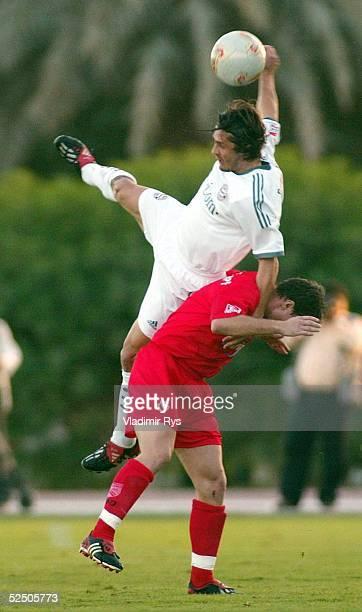 Fussball Testspiel 2004 Dabai FC Bayern Muenchen FC Energie Cottbus Bixente LIZARAZU / Bayern Laurentiu REGHECAMPF / Cottbus 160104