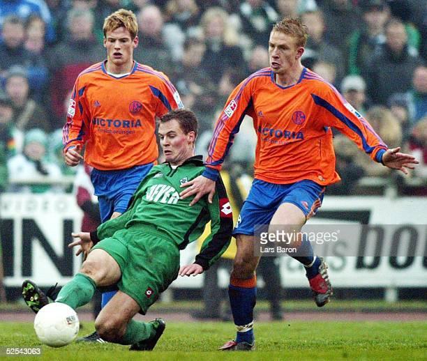 Fussball Testspiel 2004 Goch FC Schalke 04 Borussia Moenchengladbach 22 Michael DELURA / Schalke Enrico GAEDE / Gladbach Mike HANKE / Schalke 240104