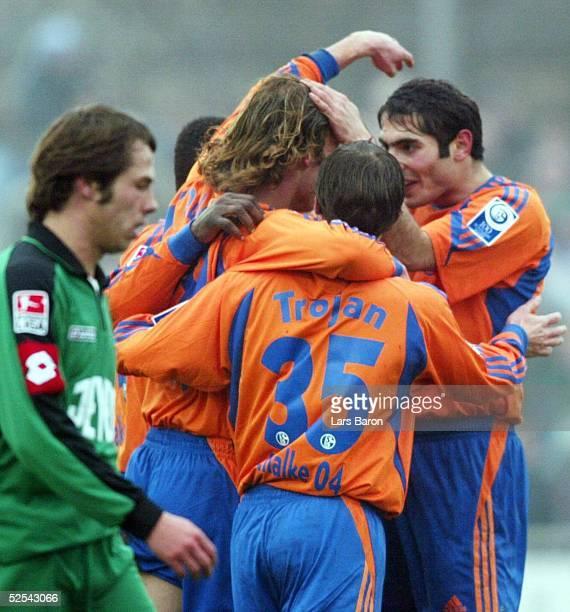 Fussball Testspiel 2004 Goch FC Schalke 04 Borussia Moenchengladbach 22 Jubel zum 10 Torschuetze Niels OUDE KAMPHUIS Filip TROJAN Hamit ALTINTOP /...