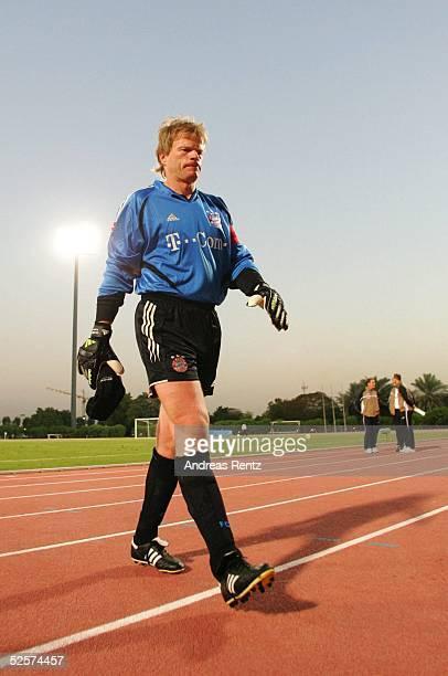 Fussball Testspiel 2005 Dubai FC Bayern Muenchen FC Energie Cottbus 10 Genervt verlaesst Torwart Oliver KAHN / Muenchen den Platz 100105
