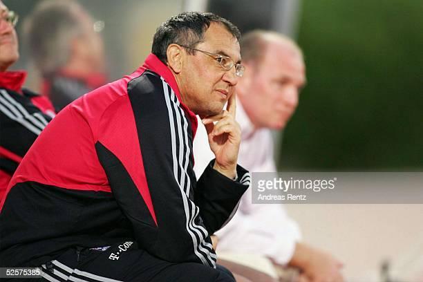 Fussball Testspiel 2005 Dubai FC Bayern Muenchen FC Energie Cottbus 10 Trainer Felix MAGATH Manager Uli HOENESS / Bayern 100105