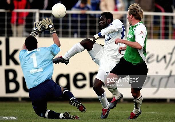 Fussball Testspiel 2005 Muenster Preussen Muenster FC Schalke 04 Torwart Frederik GOESSLING Stephan KUESTER / MUENSTER Gerald ASAMOAH / SCHALKE 080105