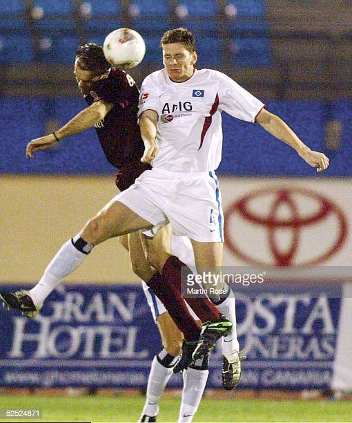 Fussball: Turnier 2004, Maspalomas / Gran Canaria; Hamburger SV - Sparta Prag; Lukas CZELENKA / Prag, Bastian REINHARDT / HSV 13.01.04.