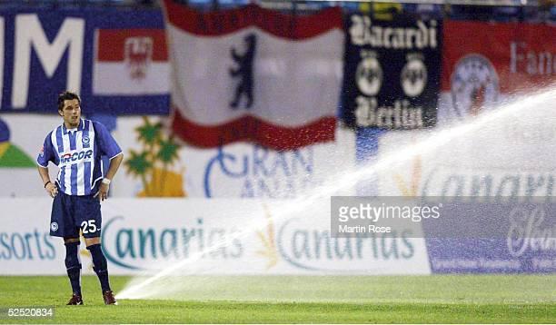Fussball: Turnier 2004, Maspalomas; Hertha BSC - RSC Anderlecht 1:2; Alexander LUDWIG / Hertha ist irritiert, weil waehrend des laufenden Spiels die...