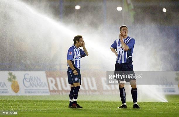 Fussball: Turnier 2004, Maspalomas; Hertha BSC - RSC Anderlecht 1:2; Roberto PINTO und Alexander MADLUNG sind irritiert, weil waehrend des laufenden...