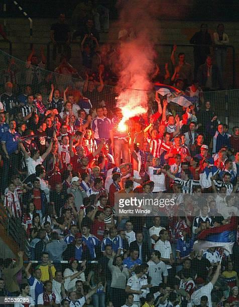 Fussball: U 21 EM 2004, Bochum; Italien - Serbien Montenegro ; Fans von Serbien-Montenegro 29.05.04.