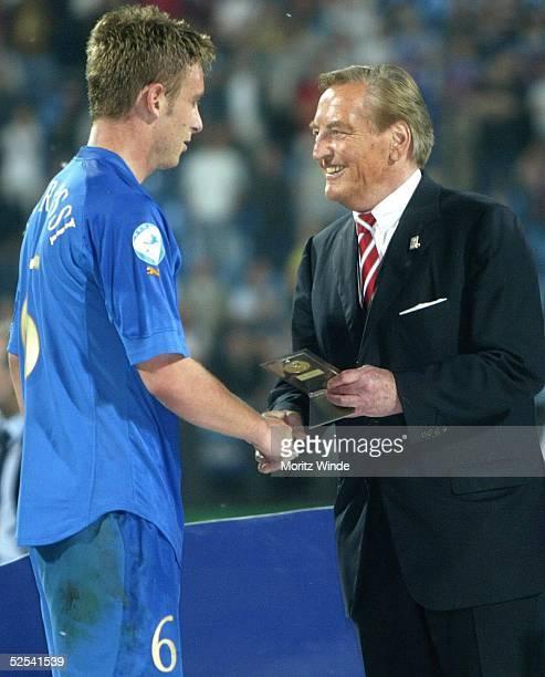 Daniele DE ROSSI / ITA mit DFB-Praesident Gerhard MEYER-VORFELDER 08.06.04.