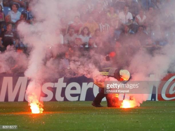 Fussball U 21 EM 2004 Finale Bochum Serbien Montenegro Italien Die Fans von SerbienMontenegro warfen Feuerwerkskoerper auf das Feld 080604