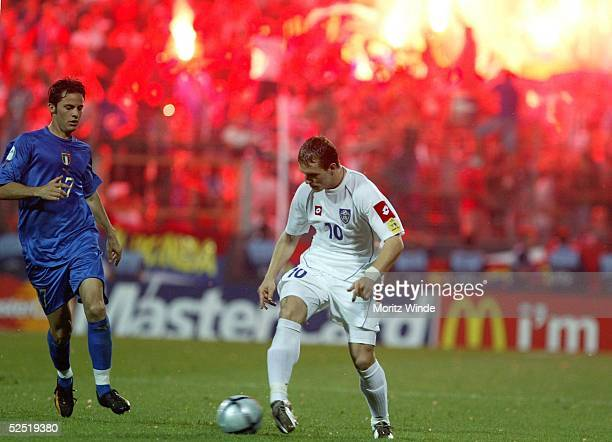 Fussball U 21 EM 2004 Finale Bochum Serbien Montenegro Italien Giandomenico MESTO / ITA Milos MARIC / SCG im Zweikampf waehrend Fans Rauchbomben...