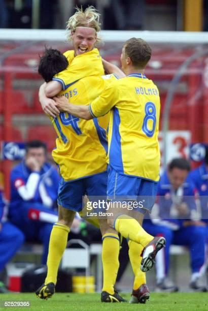 Fussball: U 21 EM 2004, Oberhausen; Schweden - Serbien Montenegro ; Jubel zum 1:0 durch Babis STEFANIDIS, Mikael ANTONSSON und Samuel HOLMEN / SWE...