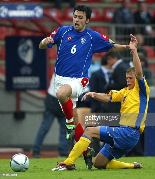 Fussball: U 21 EM 2004, Oberhausen; Schweden - Serbien Montenegro ; Marko BASA / SCG, Samuel HOLMEN / SWE 05.06.04.