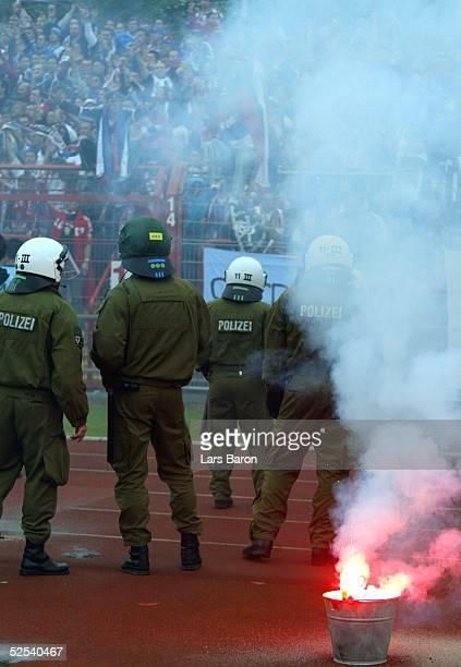 Fussball: U 21 EM 2004, Oberhausen; Schweden - Serbien Montenegro ; Polizei und Fans 05.06.04.