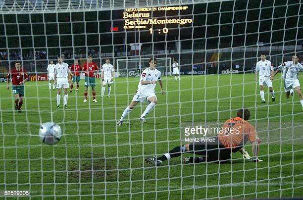 Fussball U 21 EM 2004 Oberhausen Weissrussland Serbien Montenegro Danko LAZOVIC / SerbienMontenegro trifft per Elfmeter zum 11 Torwart Yury ZHANOU /...