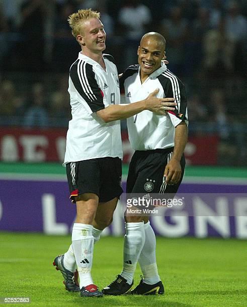 Fussball: U 21 Laenderspiel 2004, Dessau; Deutschland - Serbien Montenegro 5:3; Jubel Torschuetze Mike HANKE, Vorbereiter David ODONKOR / GER nach...