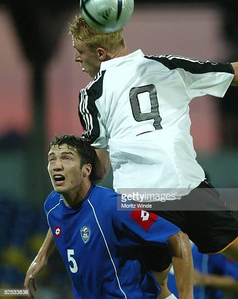 Fussball U 21 Laenderspiel 2004 Dessau Deutschland Serbien Montenegro 53 Mike HANKE / GER Milan STEPANOV / SCG 070904