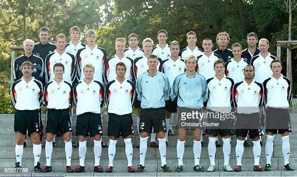 Fussball U 21 Nationalmannschaft Deutschland 2004 Dessau Fototermin untere Reihe vlnr Assistenztrainer Willi ZANDER Sascha RIETHER Tom GEISSLER...
