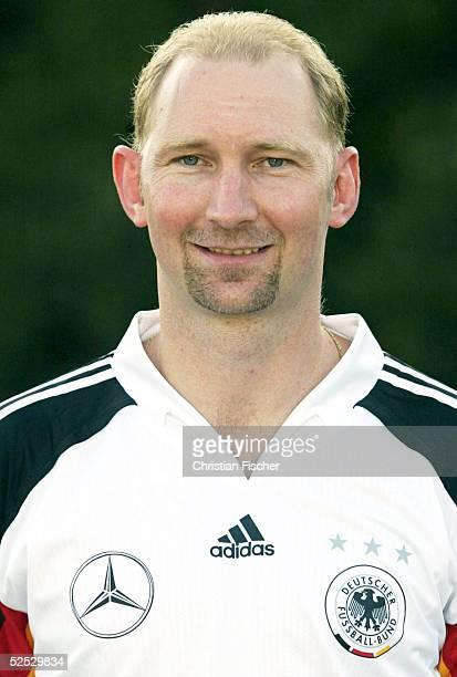 Fussball U 21 Nationalmannschaft Deutschland 2004 Dessau Fototermin Trainer Dieter EILTS 060904