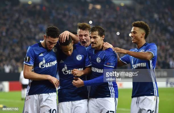 Fussball UEFA Europa League 2016/17 5 Spieltag FC Schalke 04 OGC Nizza Jubel Nabil Bentaleb Dennis Aogo Fabian Reese Benjamin Stambouli Thilo Kehrer