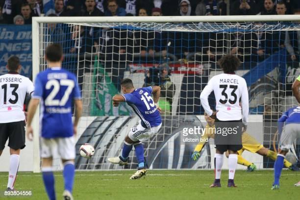 Fussball UEFA Europa League 2016/17 5 Spieltag FC Schalke 04 OGC Nizza Dennis AOGO verwandelt einen Elfmeter