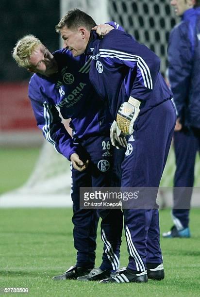 Fussball UEFA Pokal 04/05 Donezk 150205FC Schalke 04/TrainingMike HANKE schoss Frank ROST ins Gesicht und kuemmert sich hier um sein Wohlbefinden
