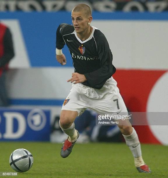 Fussball UEFA Pokal 04/05 Gelsenkirchen FC Schalke 04 FC Basel 11 Mladen PETRIC / Basel 211004