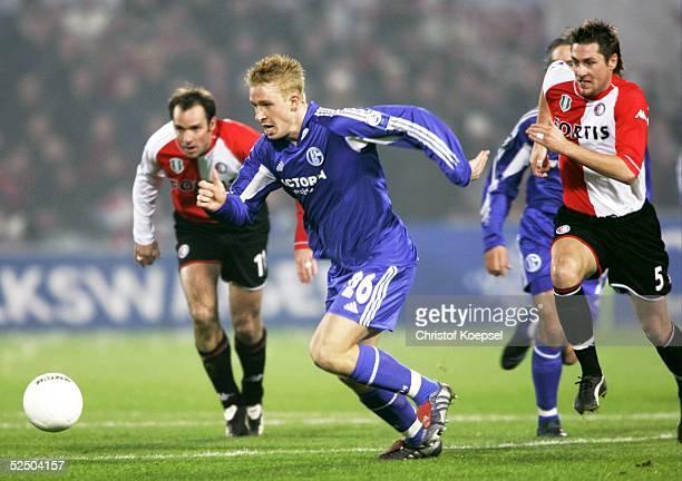 Fussball UEFA Pokal 04/05 Rotterdam Feyenoord Rotterdam FC Schalke 04 21 Mike HANKE / Schalke eilt Bart GOOR und Pascal BOSSCHAART / Rotterdam davon...