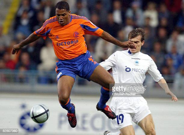 Fussball: UI Cup 04/05, Liberec; Slovan Liberec - FC Schalke 04; AILTON / Schalke gegen Jozef VALACHOVIC / Liberec 24.08.04.