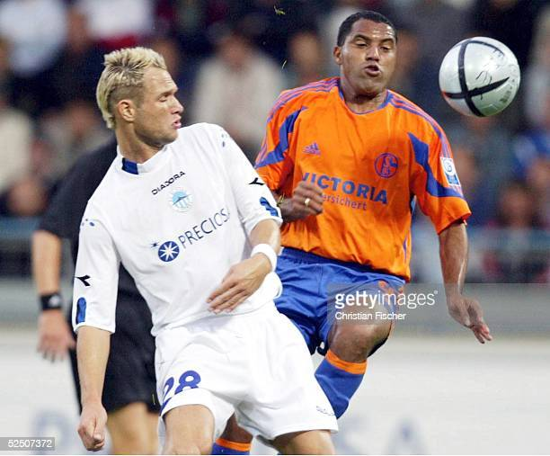 Fussball: UI Cup 04/05, Liberec; Slovan Liberec - FC Schalke 04; AILTON / Schalke gegen Jan POLAK / Liberec 24.08.04.