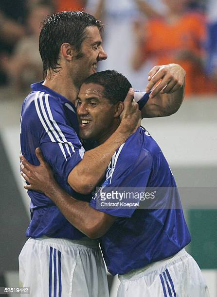 Fussball UI Cup 2004 Gelsenkirchen FC Schalke 04 Slovan Liberec 21 Mladen KRISTJAIC und AILTON / Schalke jubeln ueber das 10 durch AILTON 100804