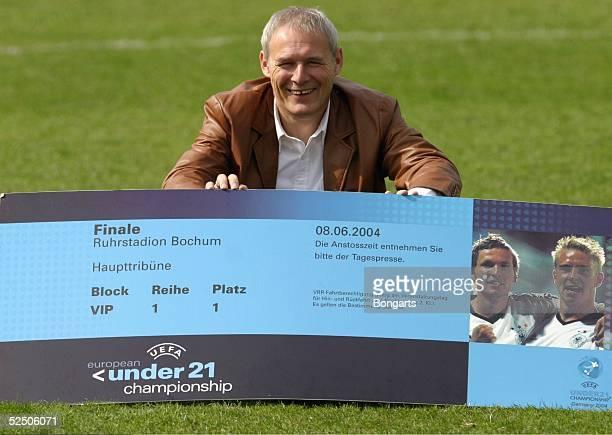 Fussball Vorschau auf die Spiele der U 21 EM vom 27 Mai bis 8 Juni in Deutschland / GER Essen Trainer Juergen GELSDORF / RotWeiss Essen Mit dem...