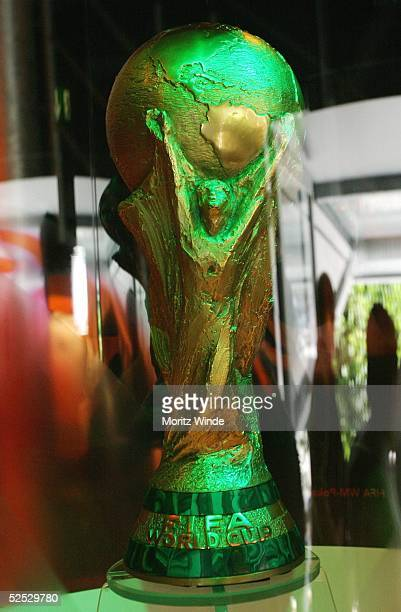 Fussball: WM 2006 FIFA Globus, Hamburg; Ausstellungsstuecke innerhalb des Globus: WM-Pokal 31.08.04.