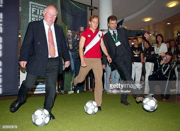 Fussball WM 2006 FIFA Shop Eroeffnung Hamburg Uwe SEELER / FIFA WMBotschafter HH Britta CARLSON / Nationalmannschaft Dr Gert HUEGLER / Karstadt 300904