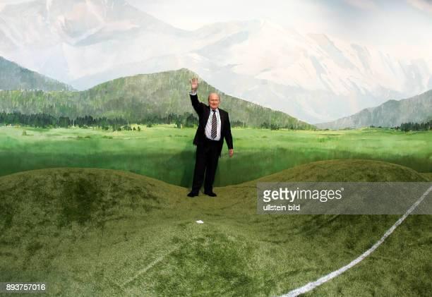 Fussball WM Praesident Joseph S Blatter steht waehrend seines Besuches im IBC am Dienstag in Muenchen in einer Rasenlandschaft